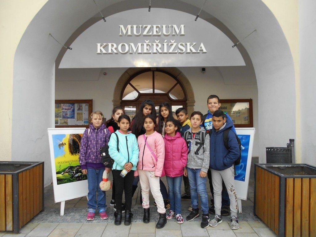 děti před muzeem