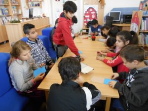 žáci u stolu