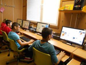 hrají puzzle na počítači